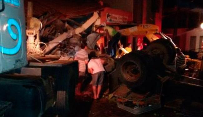 Carreta invadiu bar após perder freio na laderia - Foto: Reprodução | Sigi Vilares