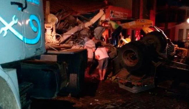 Carreta invadiu bar após perder freio - Foto: Reprodução   Sigi Vilares