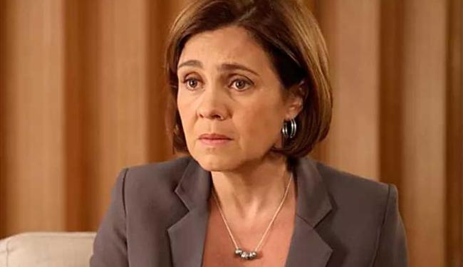 Adriana está exausta e foi consolada pelo diretor Dennis Carvalho - Foto: TV Globo | Divulgação
