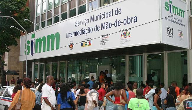 O atendimento é realizado 8h às 17h, com distribuição de senhas a partir das 6h30 - Foto: Eduardo Martins | Ag. A TARDE