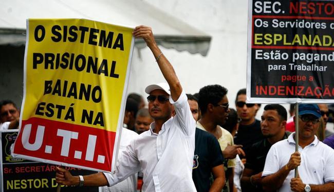 Participantes do movimento exigem, dentre outras coisas, mais contratações - Foto: Raul Spinassé | Ag. A TARDE | 7.5.2015