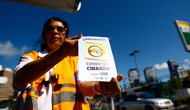 Agentes de trânsito orientam sobre os cuidados que se deve ter no período junino - Foto: Raul Spinassé l Ag. A TARDE