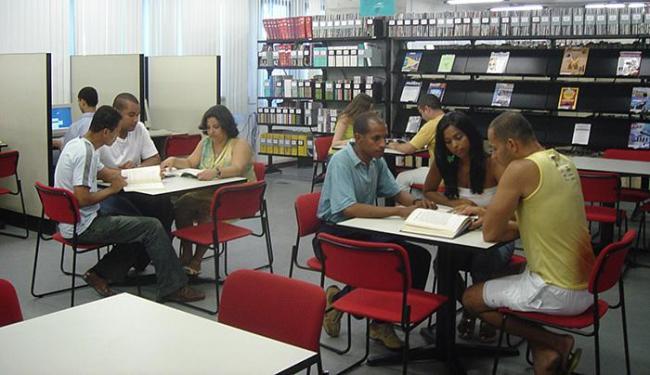 Alunos da Unifacs na biblioteca: o espaço oferece ambiente propício ao crescimento intelectual - Foto: Pedro Accioly Studio l Divulgação