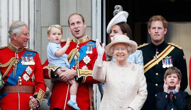 Rainha Elizabeth ao lado da família durante homenagens pelo seu aniversário - Foto: Stefan Wermuth | Agência Reuters