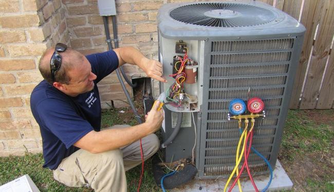 A manutenção de aparelhos de ar-condicionado é fundamental para conservar a salubridade de ambientes - Foto: Divulgação