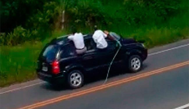 Segurança ficou 15 minutos sobre capô de carro usado em fuga após assalto a banco - Foto: Reprodução