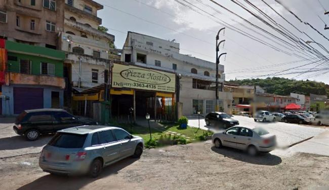 Quatro homens chegaram em um carro ao estabelecimento e anunciaram o assalto - Foto: Google Street View