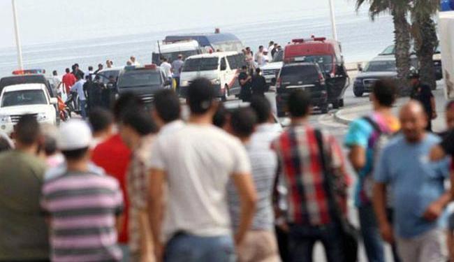 Testemunhas observam o trabalho da polícia local no Palm Marina El Mouradi em Sousse - Foto: MouradTeyeb | Twitter