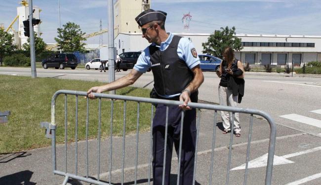 Policiais bloqueiam área da usina após ataque - Foto: Agência Reuters