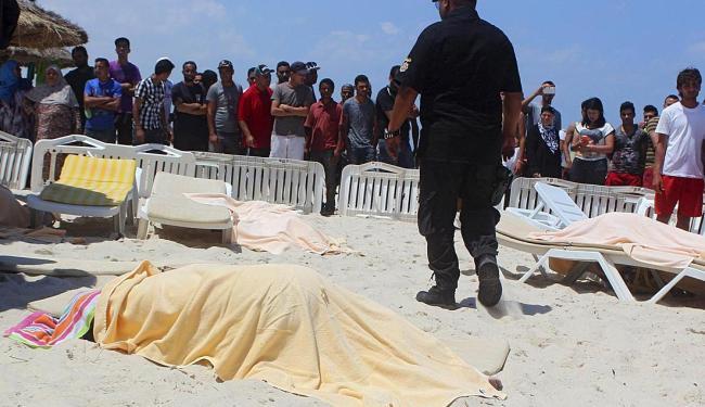 Curiosos observam o trabalho da polícia na contagem dos corpos - Foto: Ag. Reuters