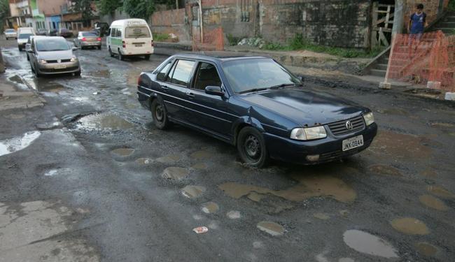 Av. Aliomar Baleeiro: trechos mais danificados são um desafio à paciência dos condutores - Foto: Fernando Amorim | Ag. A TARDE