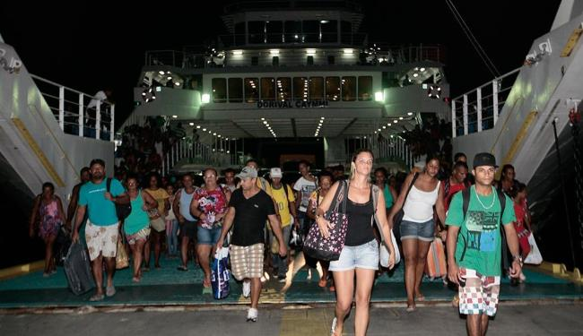 Volta para casa pelo ferry é intenso na noite deste domingo - Foto: Mila Cordeiro   Ag. A TARDE