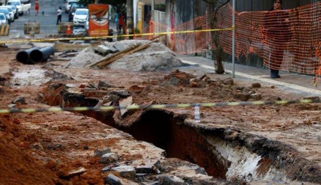 Acidente aconteceu nesta obra de drenagem realizada na Barra - Foto: Fernando Vivas | Ag. A TARDE