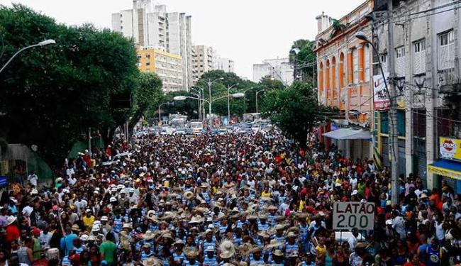 Blocos de samba puxam a caminhada no Centro - Foto: Walter de Carvalho | Ag. A TARDE