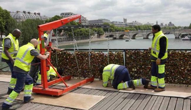 No verão local passado, um pedaço da grade caiu, devido ao peso dos cadeados - Foto: Agência Reuters