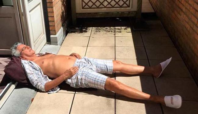 Caetano relaxa na varanda do hotel, no próprio chão - Foto: Reprodução   Instagram