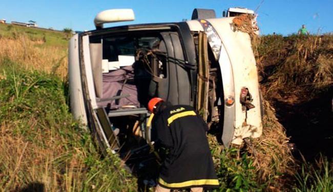 Carreta despencou na ribanceira após colidir com carreta - Foto: Reprodução | O Povo News