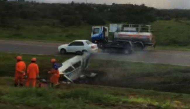 Veículo capotou e parou no canteiro central da rodovia - Foto: Reprodução | Ola Bahia