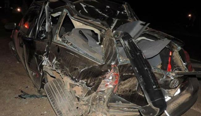 Carro que colidiu na traseira de uma carreta que estava parada na rodovia ficou destruído - Foto: Reprodução   Blog do Sigi Vilares