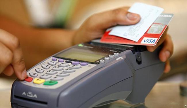 A alta no segmento de bancos, com dívidas no cartão de crédito, chegou a 10,1% - Foto: Iracema Chequer | Ag. A TARDE