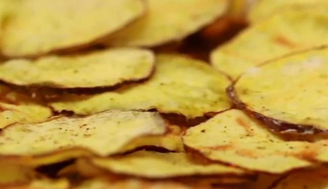Chips prontos e deliciosos! - Foto: Reprodução   Vídeo   SambaAds