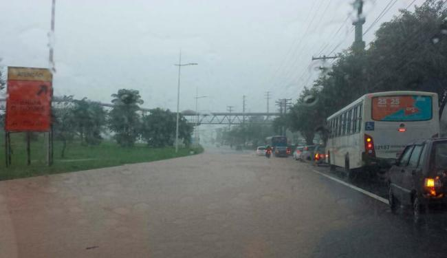 O alagamento causa retenção nos dois sentidos da avenida Paralela - Foto: Via Whatsapp I Cidadão Repórter