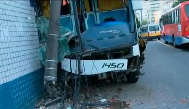 Ônibus arrancou poste, que ficou pendurado preso ao veículo - Foto: Reprodução | TV Bahia