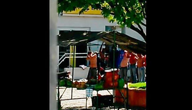 Vídeo mostra criminosos usando clientes como escudo humano na frente da agência - Foto: Reprodução   Youtube