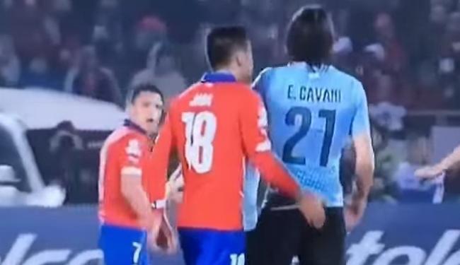 Jara (E) em episódio polêmico com o atacante uruguaio Cavani - Foto: Reprodução