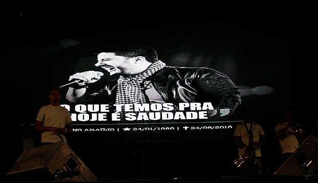 Foto do cantor era exibida enquanto o público fazia um minuto de silêncio em memória ao cantor - Foto: Wagner Santos   Ag. FPontes   Divulgação