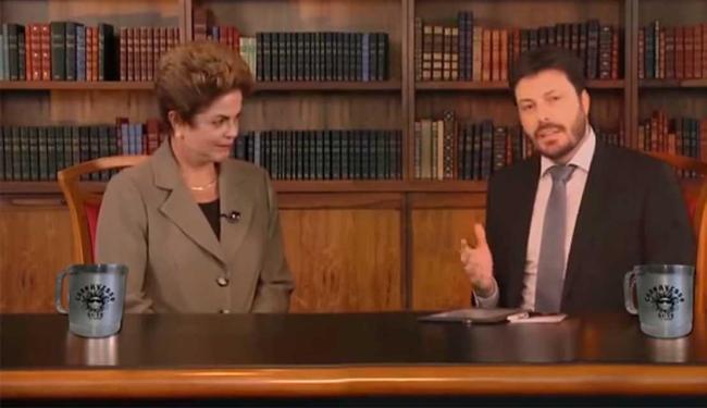 No vídeo, Danilo assume o lugar do entrevistador da Globo para fazer perguntas à presidente - Foto: Reprodução