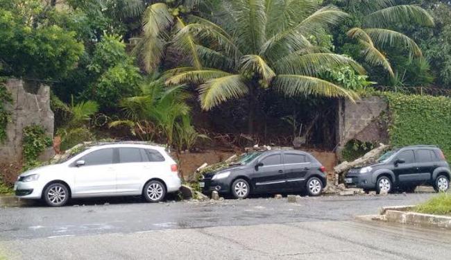 Três carros foram atingidos por um muro que desabou na manhã deste sábado - Foto: Alan Oliveira   Ag. A TARDE