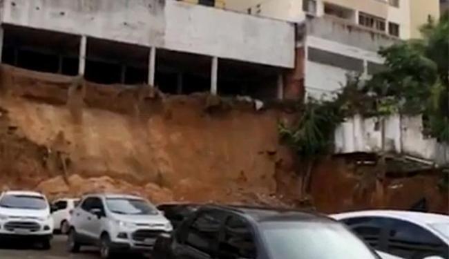 Deslizamento de terra atingiu três veículos, que ficaram soterrados - Foto: Reprodução l TV Bahia