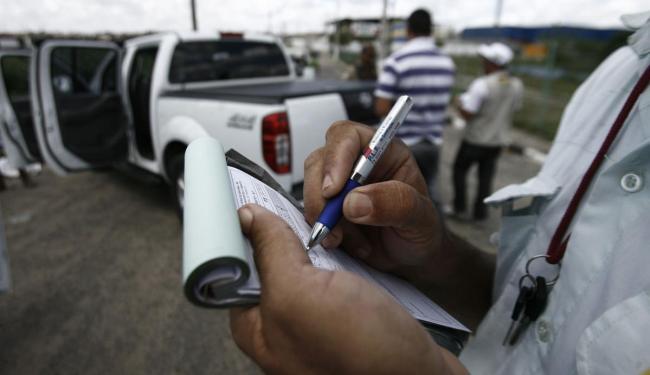 Irregularidades em CLRV foram detectadas durantes blitzes do Detran - Foto: Luiz Tito | Ag. A TARDE
