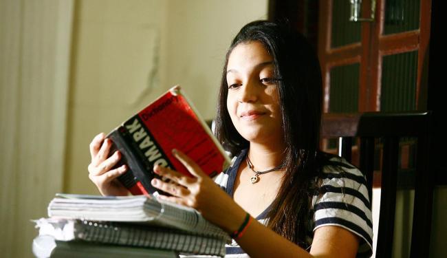 A estudante Aniellen Silva é bolsista pelo segundo ano no Colégio Acadêmico - Foto: Lúcio Távora| Ag. A TARDE