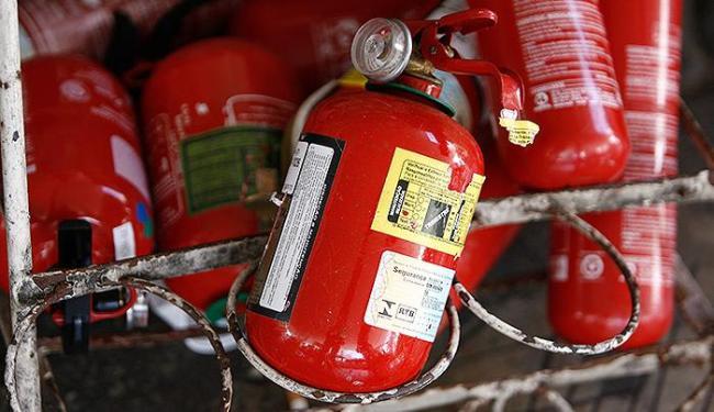 Extintor apaga incêndios em materiais sólidos como pneus, estofamentos, tapetes e revestimentos - Foto: Raul Spinassé | Ag. A TARDE