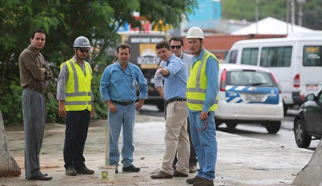 Fabrizzio Muller (calça bege) fala com supervisores da obra da linha 2 do metrô - Foto: Joá Souza   Ag. A TARDE