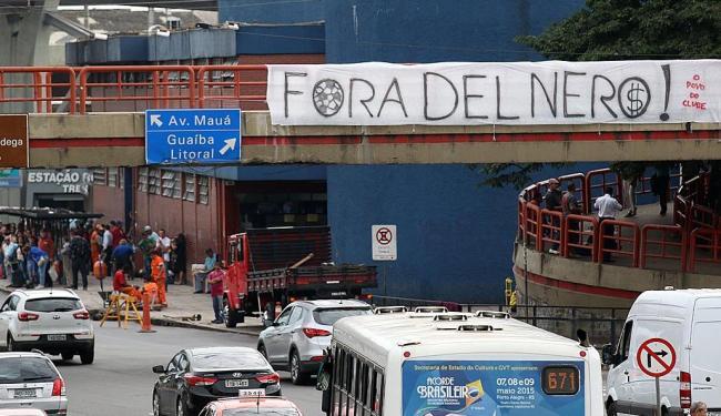Grupo espalha faixas pelas ruas de Porto Alegre em dia de amistoso da seleção brasileira - Foto: Guigo Rodrigues   Futura Press   Estadão Conteúdo
