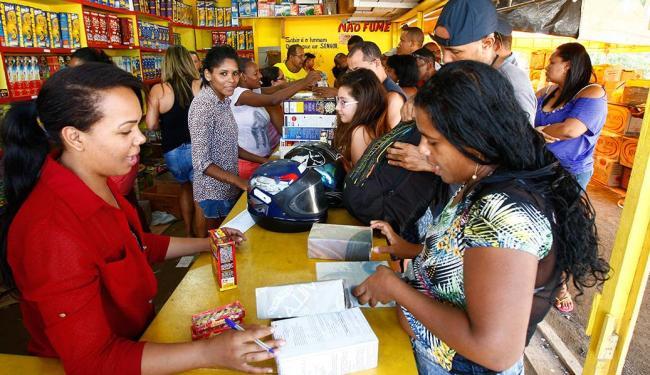 Consumidores lotam barracas instaladas na Av. Paralela às vésperas do São João - Foto: Marco Aurélio Martins   Ag. A TARDE