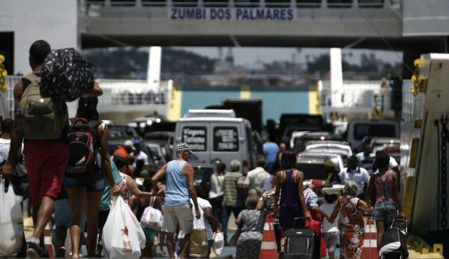 Pedestres esperam cerca de 1h para embarcar - Foto: Raul Spinassé | Ag. A TARDE