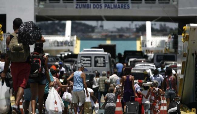 A Internacional Travessias Salvador informa que o movimento de passageiros é tranquilo no ferry - Foto: Raul Spinassé   Ag. A TARDE