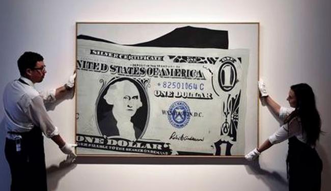 Obra de arte de Andy Warhol inspirada no dólar que será leiloada - Foto: Toby Melville | Ag. Reuters