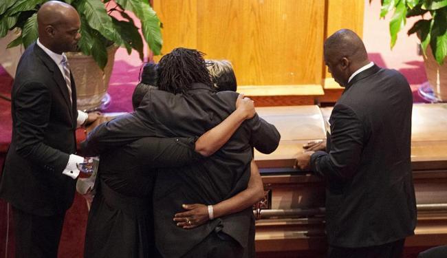 Parentes das vítimas se emocionam durante velório - Foto: David Goldman   AP Photo