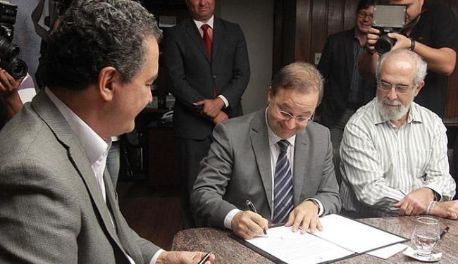 Governador, na assinatura do decreto: 'Valorizamos o servidor, mas população quer melhor qualidade - Foto: Camila Souza l Divulgação