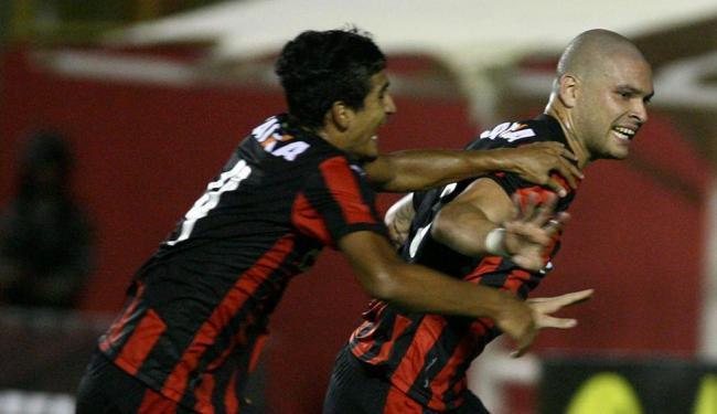 O estrante Guilherme Mattis (D) festeja seu gol com Ramon - Foto: Lúcio Távora | Ag. A TARDE