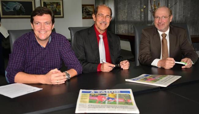 Professores José Carlos Bastos e Marival Chaves assinaram com André Blumberg contrato de cooperação - Foto: Erik Salles | Ag. A TARDE