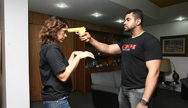 1 - Homem simula ameaça com arma de fogo a mulher desarmada - Foto: Mila Cordeiro | Ag. A TARDE