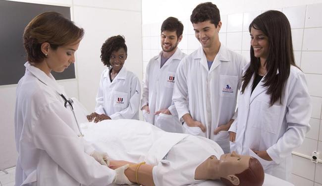 Estudantes do curso de enfermagem da Unijorge assistem a uma das aulas práticas - Foto: Divulgação | Unijorge