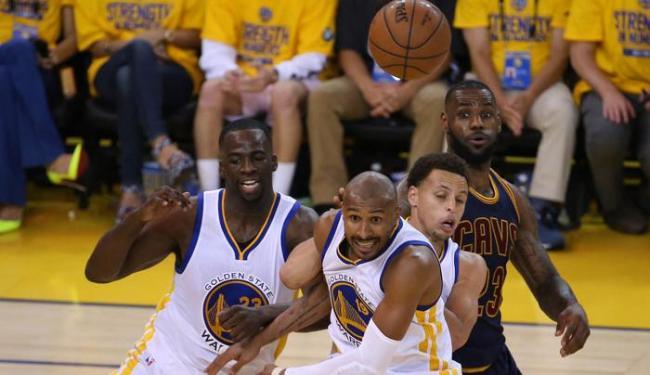 Leandrinho (centro) foi o segundo brasileiro na história a ser campeão na NBA - Foto: Kelley L Cox | Ag. Reuters