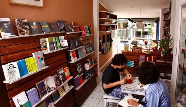Misto de livraria e café, a Boto-cor-de-rosa foi aberta há pouco mais de um mês - Foto: Fernando Vivas | Ag. A TARDE